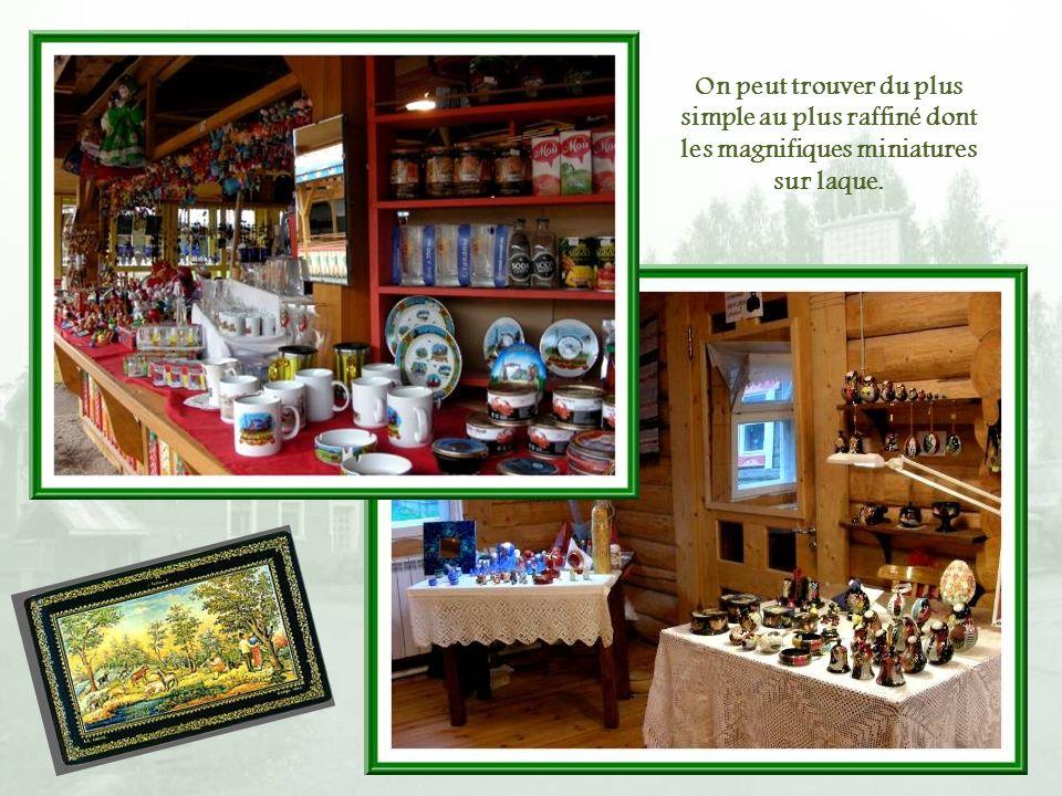 Plusieurs boutiques permettent de se procurer des objets représentant à peu près lensemble de lartisanat russe.