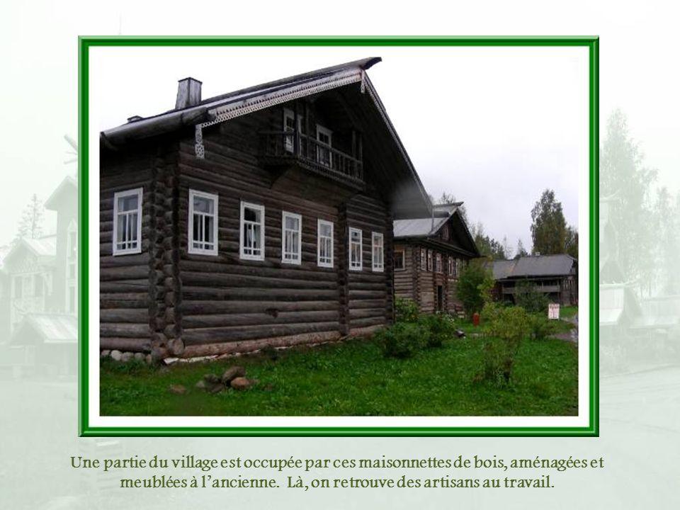 Les constructions varient beaucoup dans leur aspect, se voulant un rappel de celles de la Russie ancienne.
