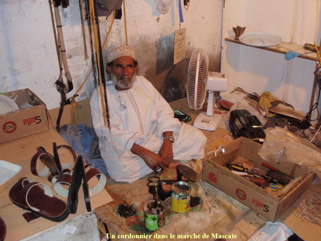 Un cordonnier dans le marché de Mascate
