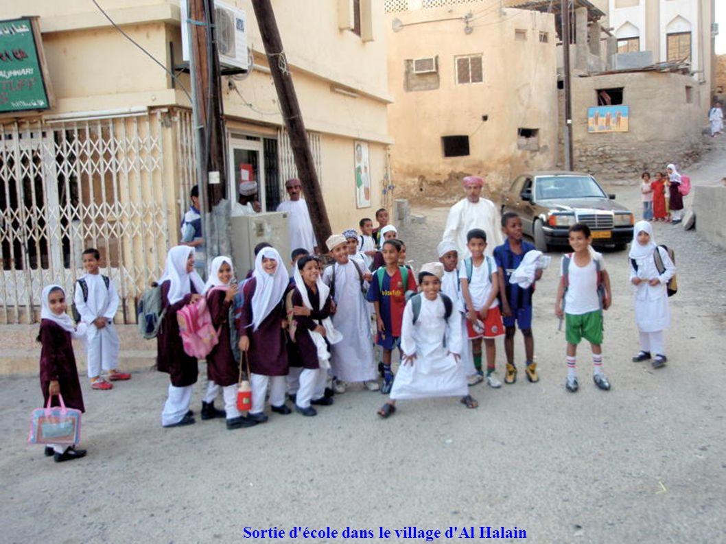 Sortie d école dans le village d Al Halain