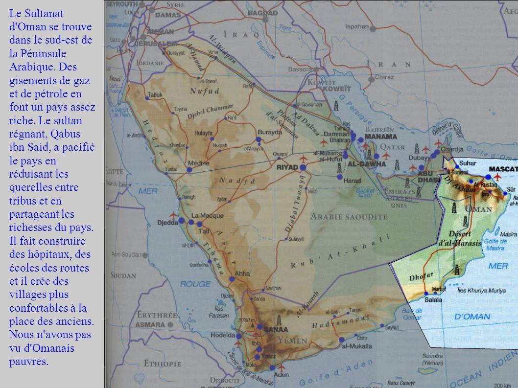 Le Sultanat d'Oman se trouve dans le sud-est de la Péninsule Arabique. Des gisements de gaz et de pétrole en font un pays assez riche. Le sultan régna