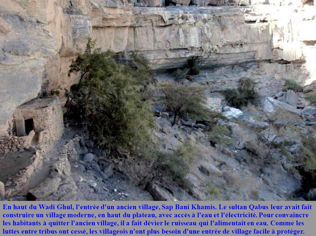 En haut du Wadi Ghul, l'entrée d'un ancien village, Sap Bani Khamis. Le sultan Qabus leur avait fait construire un village moderne, en haut du plateau