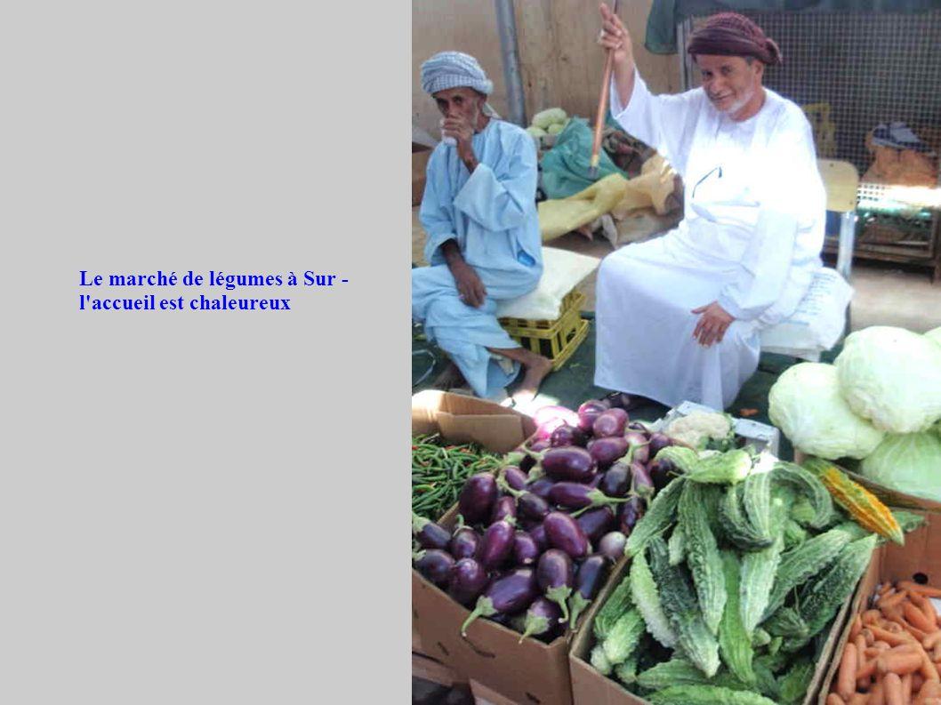 Le marché de légumes à Sur - l'accueil est chaleureux