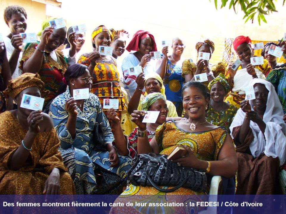 Des femmes montrent fièrement la carte de leur association : la FEDESI / Côte d'Ivoire