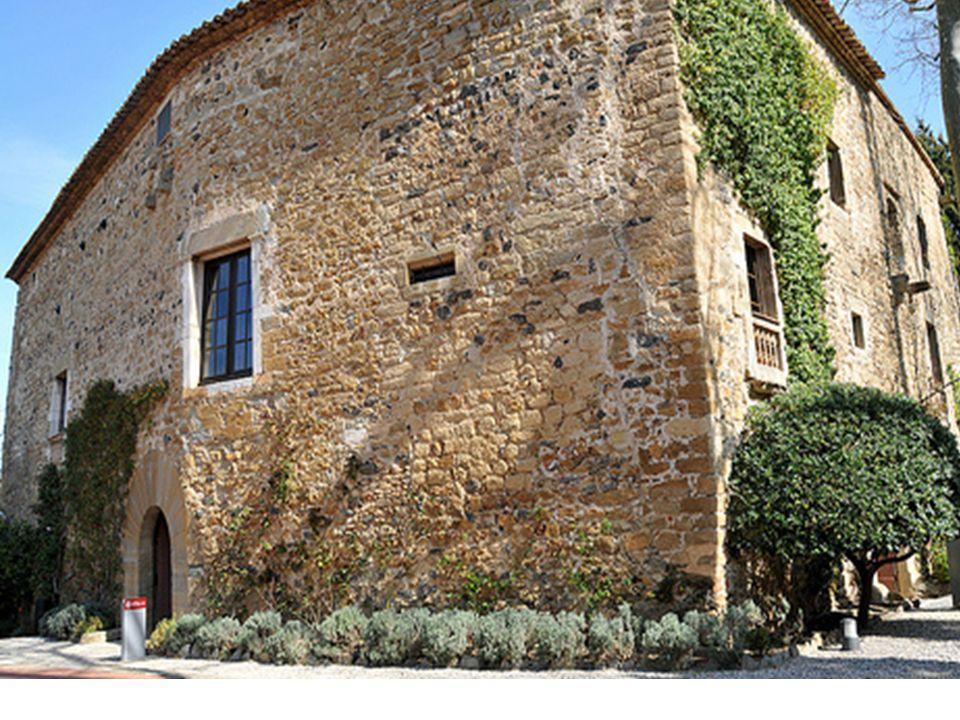 Le Château de Púbol se compose de trois étages autour dune cour centrale. A lextérieur, un beau jardin nous rappelle quelques-uns des principaux symbo