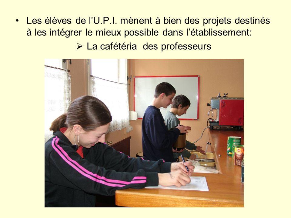 Les élèves de lU.P.I. mènent à bien des projets destinés à les intégrer le mieux possible dans létablissement: La cafétéria des professeurs