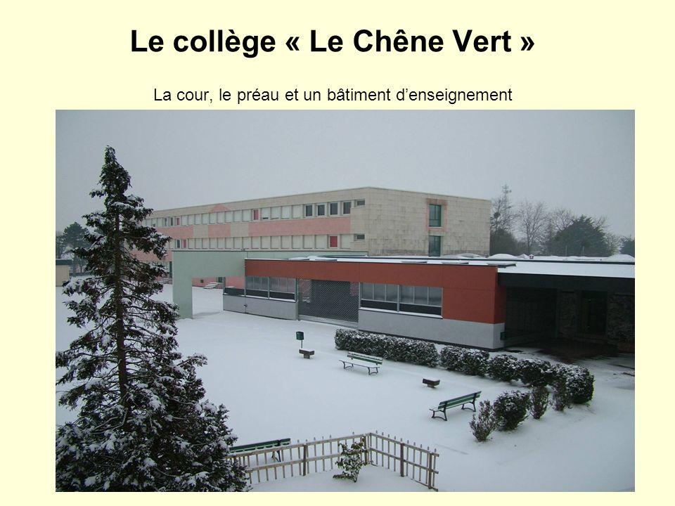 Le collège « Le Chêne Vert » La cour, le préau et un bâtiment denseignement