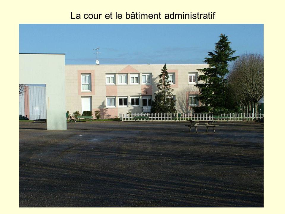 La cour et le bâtiment administratif