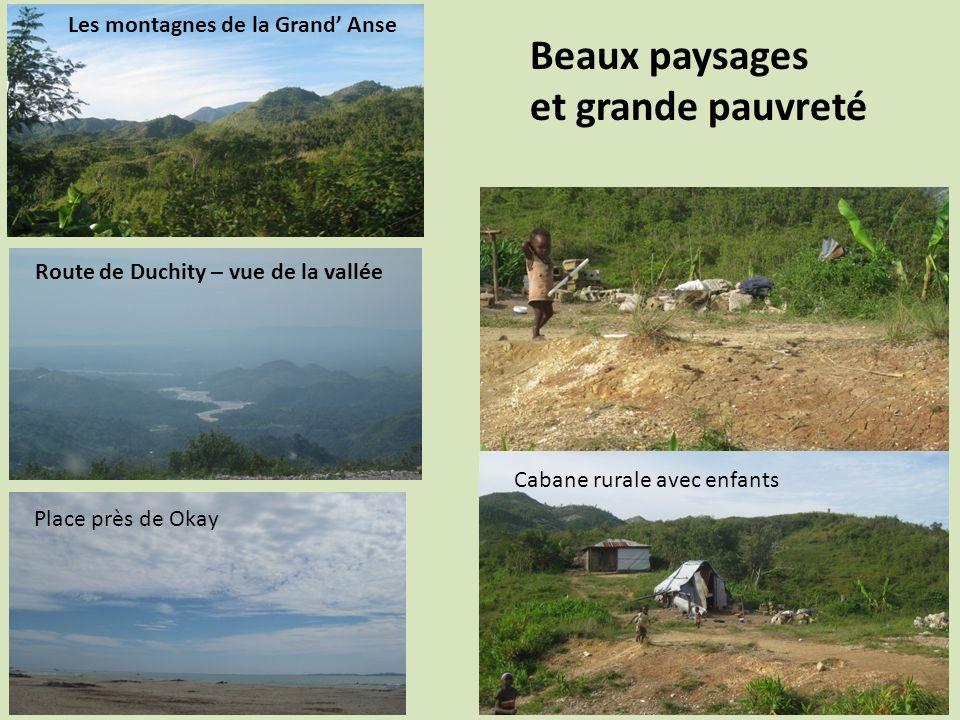 Beaux paysages et grande pauvreté Les montagnes de la Grand Anse Cabane rurale avec enfants Place près de Okay Route de Duchity – vue de la vallée