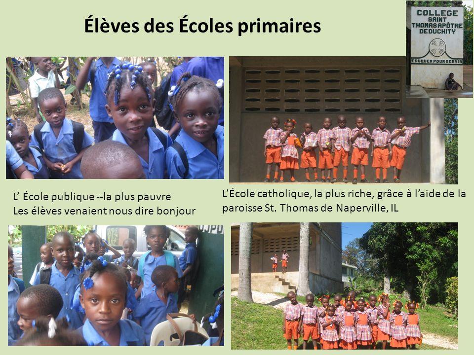 Élèves des Écoles primaires L École publique --la plus pauvre Les élèves venaient nous dire bonjour LÉcole catholique, la plus riche, grâce à laide de la paroisse St.