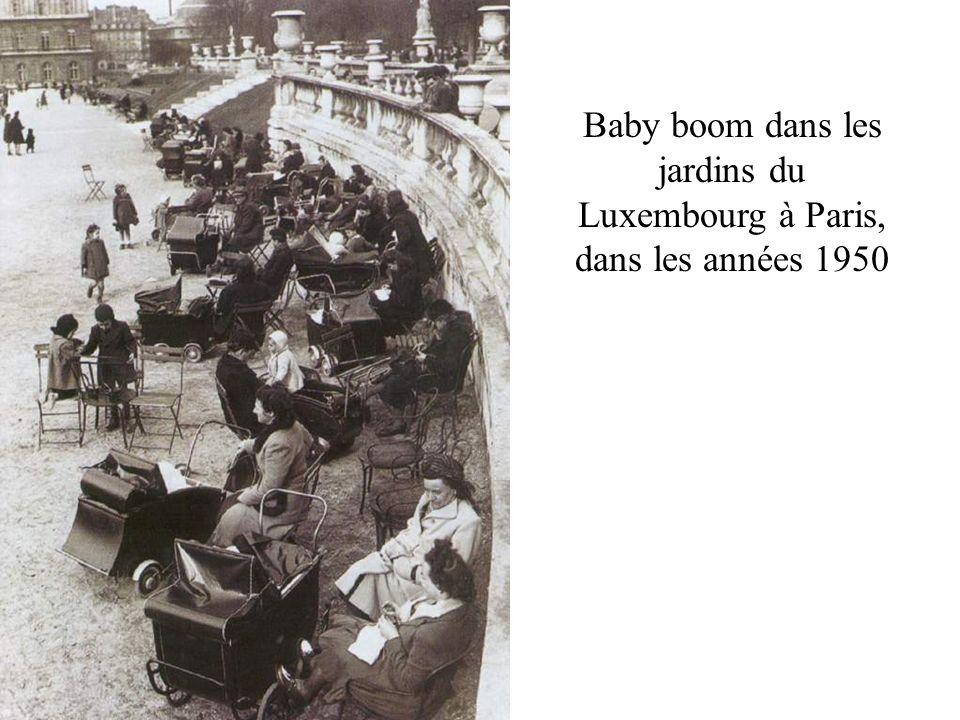Baby boom dans les jardins du Luxembourg à Paris, dans les années 1950