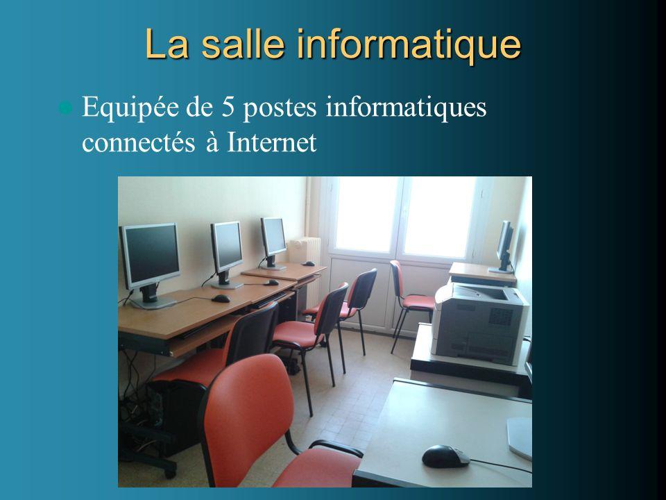 La salle informatique Equipée de 5 postes informatiques connectés à Internet