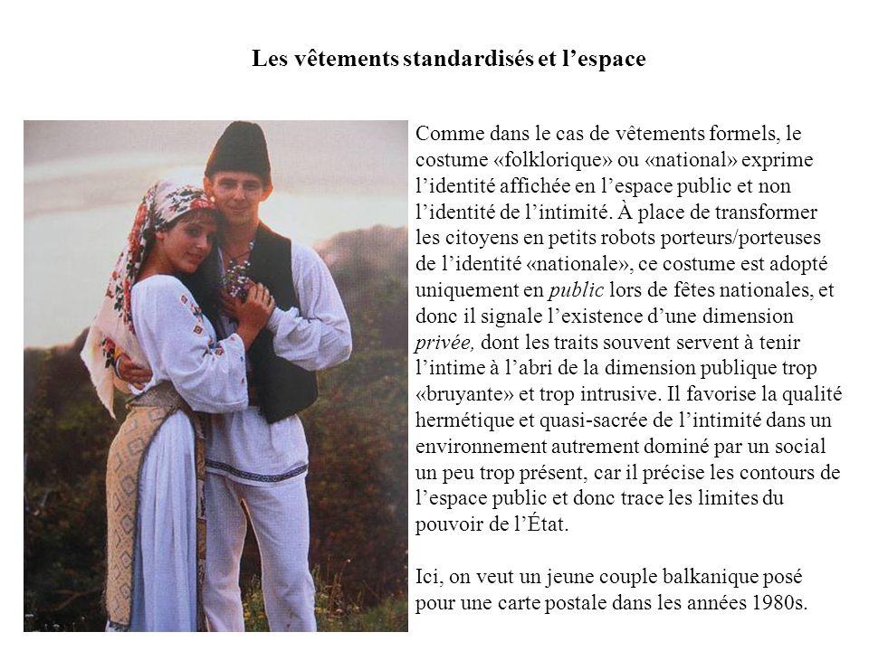 Comme dans le cas de vêtements formels, le costume «folklorique» ou «national» exprime lidentité affichée en lespace public et non lidentité de lintim