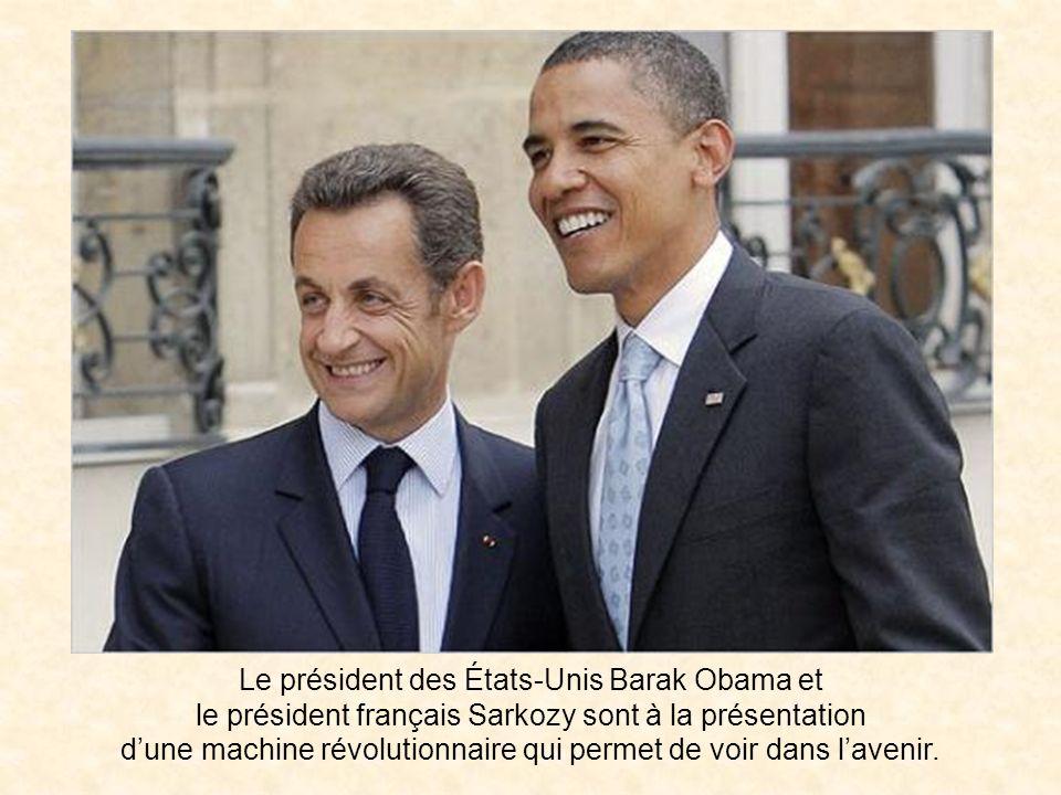 Le président des États-Unis Barak Obama et le président français Sarkozy sont à la présentation dune machine révolutionnaire qui permet de voir dans lavenir.