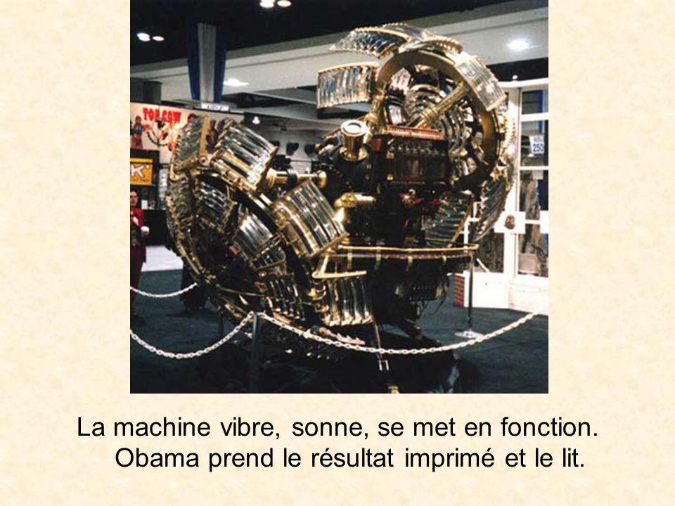 La machine vibre, sonne, se met en fonction. Obama prend le résultat imprimé et le lit.