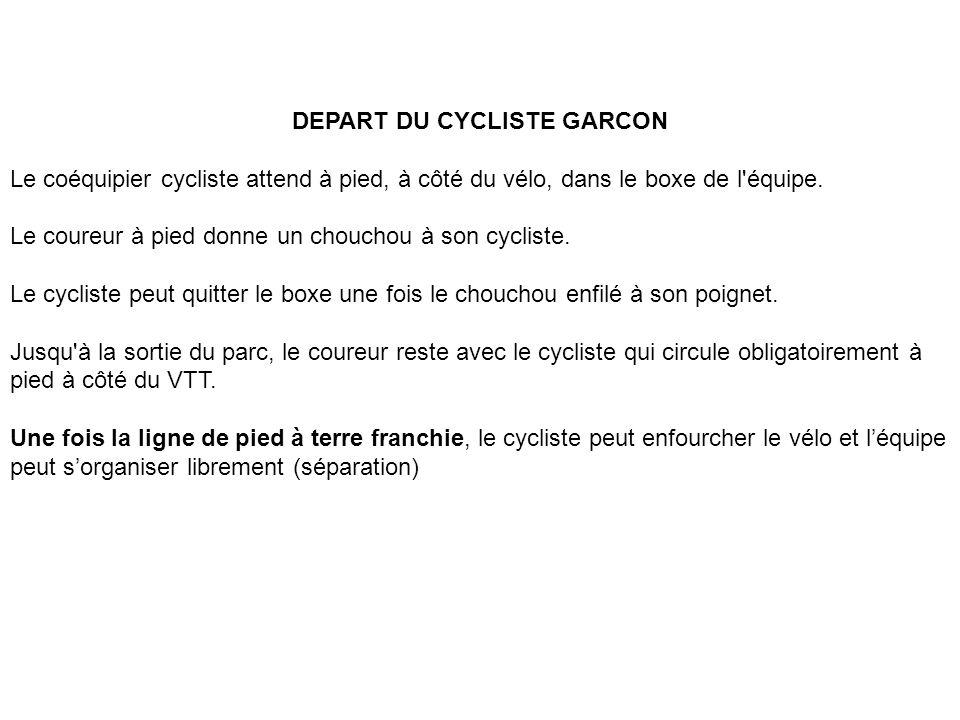 DEPART DU CYCLISTE GARCON Le coéquipier cycliste attend à pied, à côté du vélo, dans le boxe de l'équipe. Le coureur à pied donne un chouchou à son cy