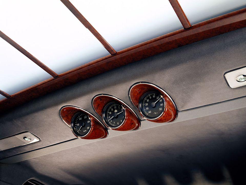 Instrumentaton à larrière: vitesse, température extérieur et horloge.
