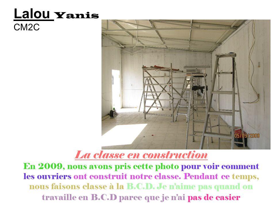 Emad ziad CM2c Devant la classe qui nest pas construite Notre classe nest pas construite car il ny a plus de place dans lécole pour tous les élèves, d