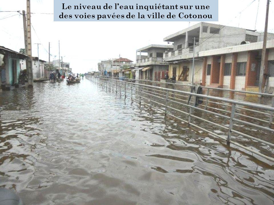 Le niveau de leau inquiétant sur une des voies pavées de la ville de Cotonou