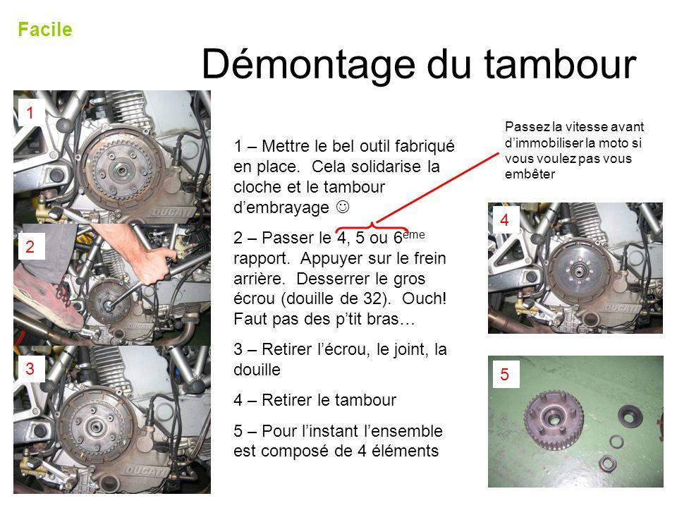 Démontage du tambour Facile 1 – Mettre le bel outil fabriqué en place. Cela solidarise la cloche et le tambour dembrayage 2 – Passer le 4, 5 ou 6 ème