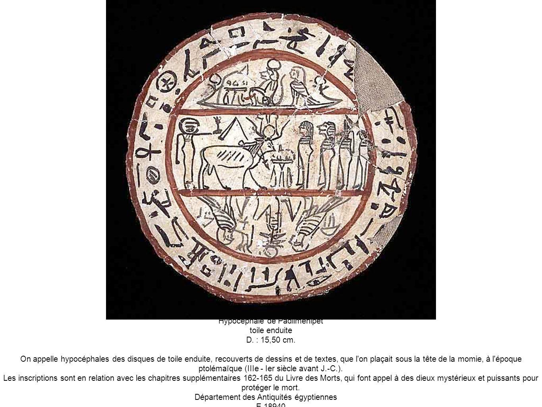 Hypocéphale de Padiimenipet toile enduite D. : 15,50 cm. On appelle hypocéphales des disques de toile enduite, recouverts de dessins et de textes, que
