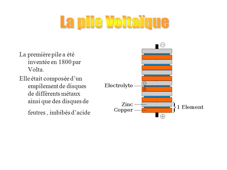 La première pile a été inventée en 1800 par Volta. Elle était composée dun empilement de disques de différents métaux ainsi que des disques de feutres