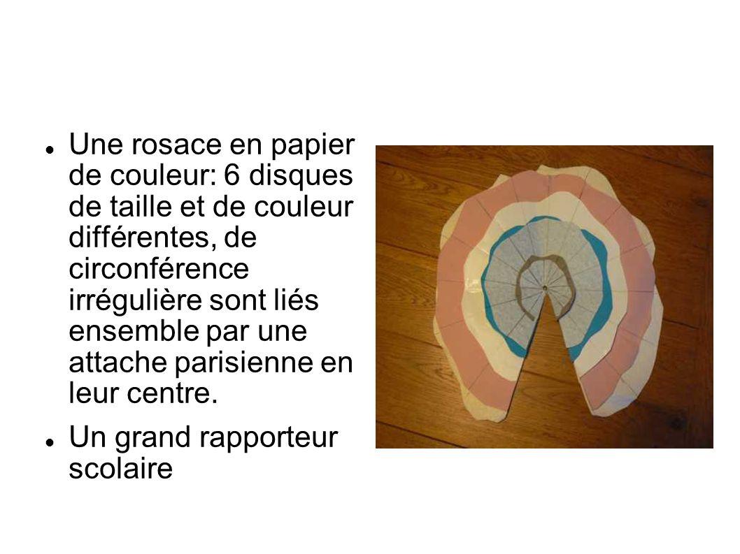 Une rosace en papier de couleur: 6 disques de taille et de couleur différentes, de circonférence irrégulière sont liés ensemble par une attache parisi