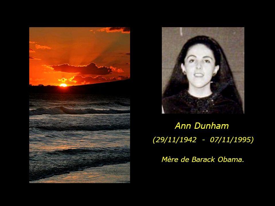 Répondant à son désir et celui de sa famille ainsi que quelques amis, on a jeté à la mer ses cendres dans une plage de locéan Pacifique à Hawaiï.