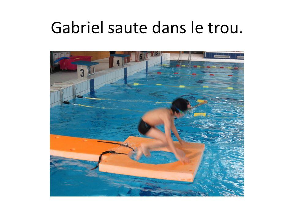Gabriel saute dans le trou.