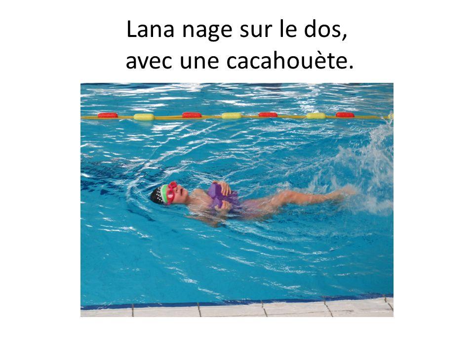 Lana nage sur le dos, avec une cacahouète.
