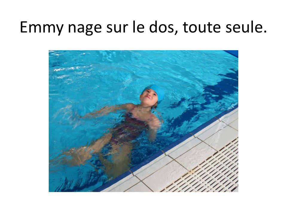 Emmy nage sur le dos, toute seule.