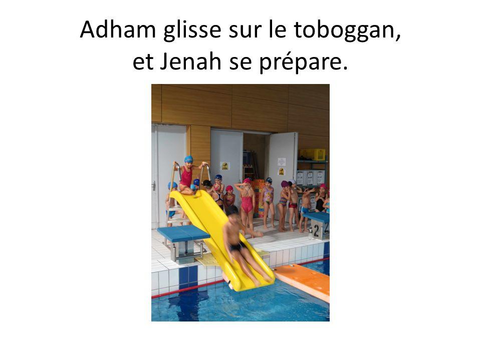Adham glisse sur le toboggan, et Jenah se prépare.