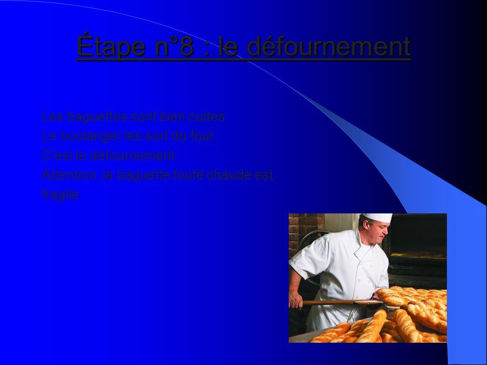 Étape n°8 : le défournement Les baguettes sont bien cuites. Le boulanger les sort du four. C'est le défournement. Attention, la baguette toute chaude