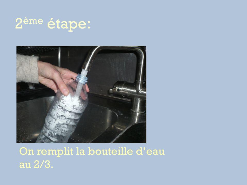 2 ème étape: On remplit la bouteille deau au 2/3.