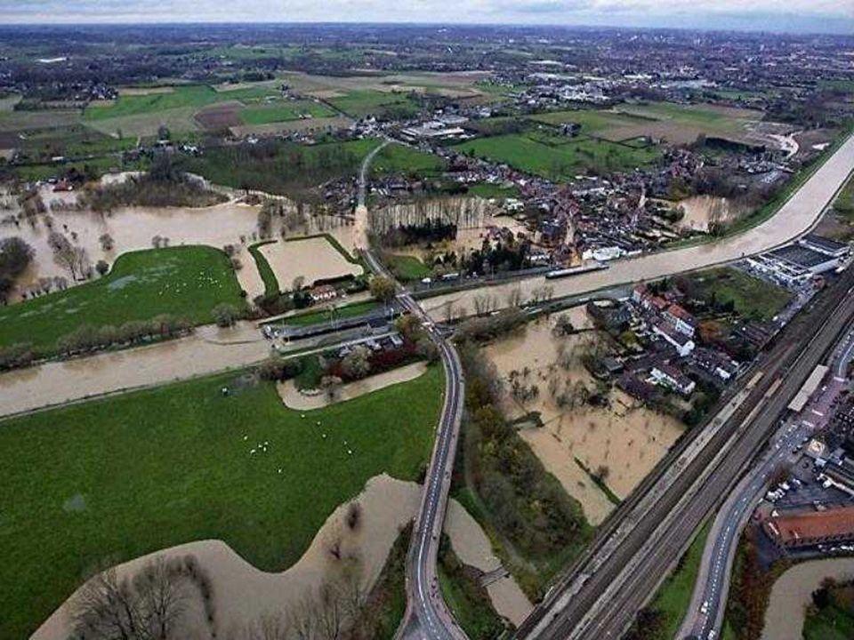 Une digue du canal Bruxelles-Charleroi a rompu dimanche à Leeuw-Saint-Pierre, s'affaissant sur une longueur de 200 mètres. Les habitants de 230 maison