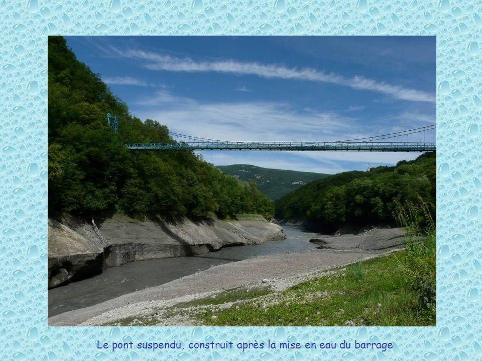 Le pont suspendu, construit après la mise en eau du barrage