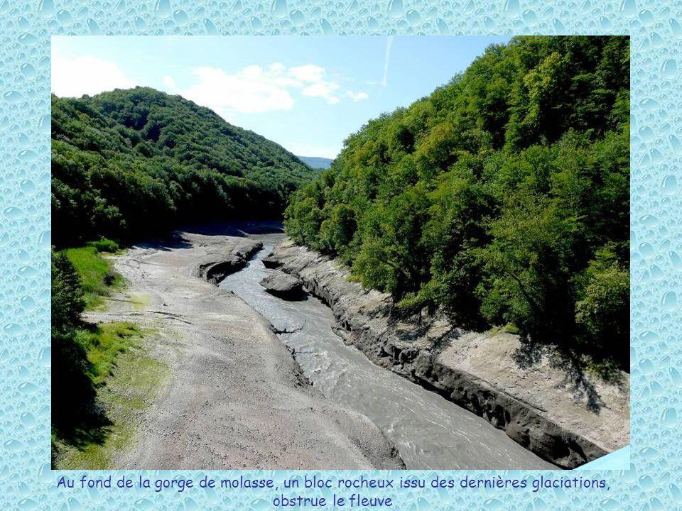 Au fond de la gorge de molasse, un bloc rocheux issu des dernières glaciations, obstrue le fleuve