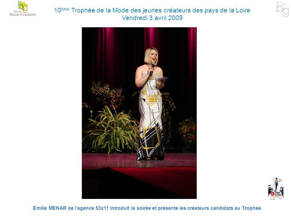 Emilie MENAR de lagence 53x11 introduit la soirée et présente les créateurs candidats au Trophée. 10 ème Trophée de la Mode des jeunes créateurs des p