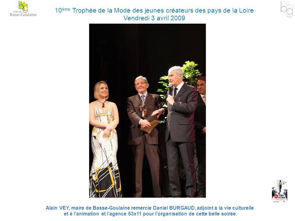 Alain VEY, maire de Basse-Goulaine remercie Daniel BURGAUD, adjoint à la vie culturelle et à lanimation et lagence 53x11 pour lorganisation de cette b