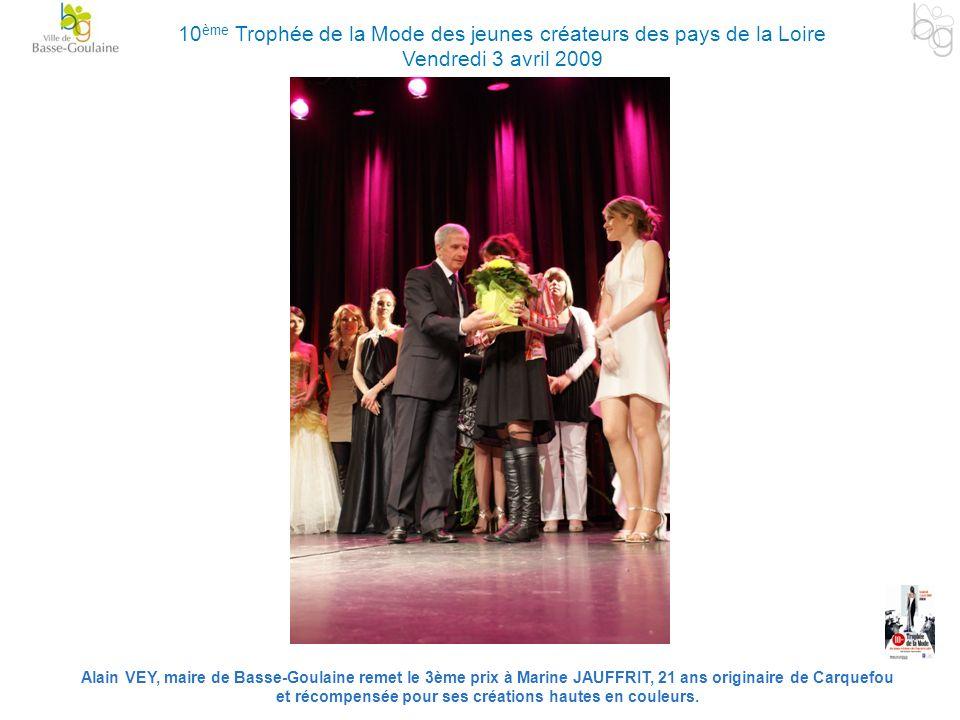 Alain VEY, maire de Basse-Goulaine remet le 3ème prix à Marine JAUFFRIT, 21 ans originaire de Carquefou et récompensée pour ses créations hautes en co
