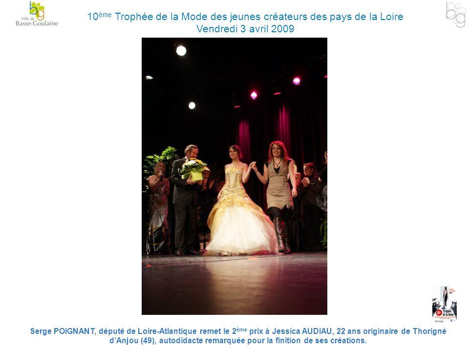 Serge POIGNANT, député de Loire-Atlantique remet le 2 ème prix à Jessica AUDIAU, 22 ans originaire de Thorigné dAnjou (49), autodidacte remarquée pour