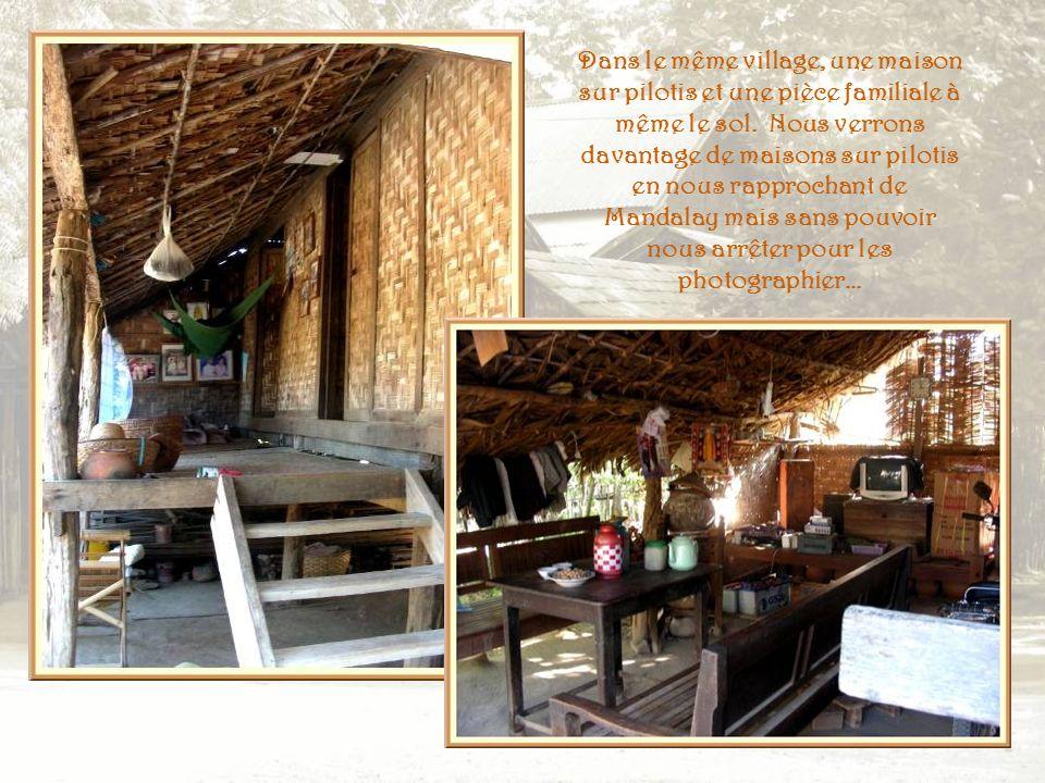 Dans le petit village de Kya Su Gyin, les récipients de cuisine envahissent la cour… A gauche, encore les récipients pour leau de consommation