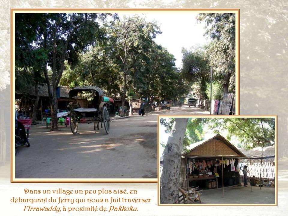Dans le même village, une maison sur pilotis et une pièce familiale à même le sol.