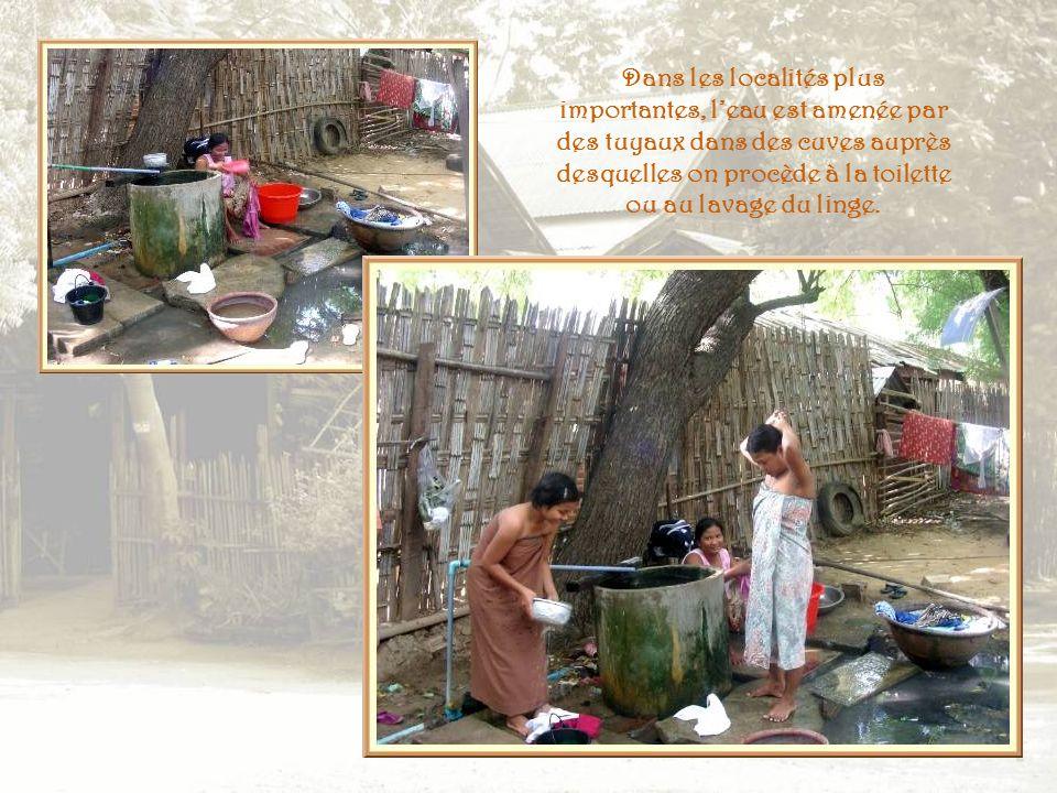 Dans les petits villages, les pompes sont souvent peu nombreuses et lapprovisionnement en eau nécessite un transport difficile.