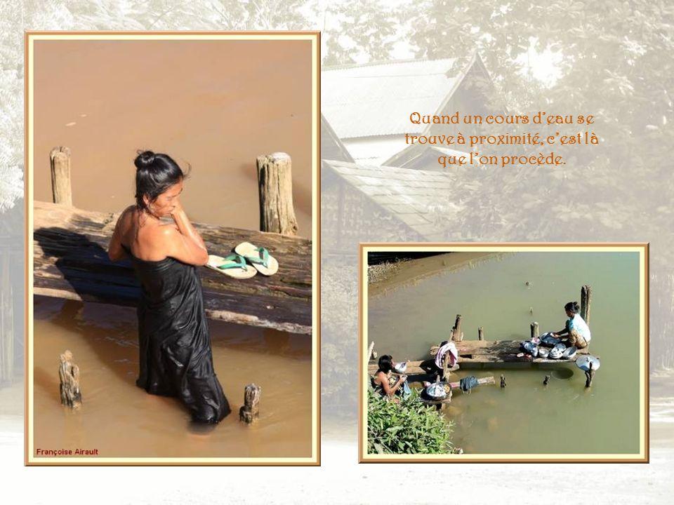 Dans les localités plus importantes, leau est amenée par des tuyaux dans des cuves auprès desquelles on procède à la toilette ou au lavage du linge.