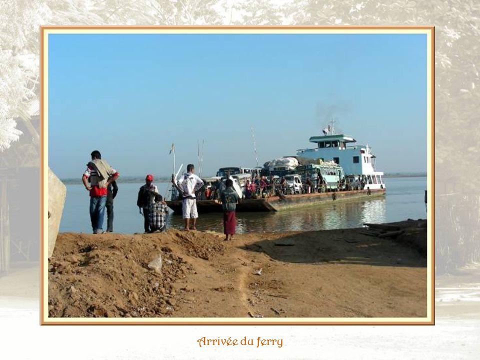 Larrivée dun bateau et le transport de la marchandise par les femmes.
