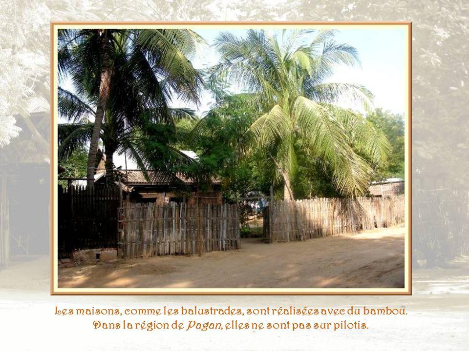 A moins quils ne soient traversés par une voie à grande circulation, les villages sont dotés de chemins de terre ou de sable…
