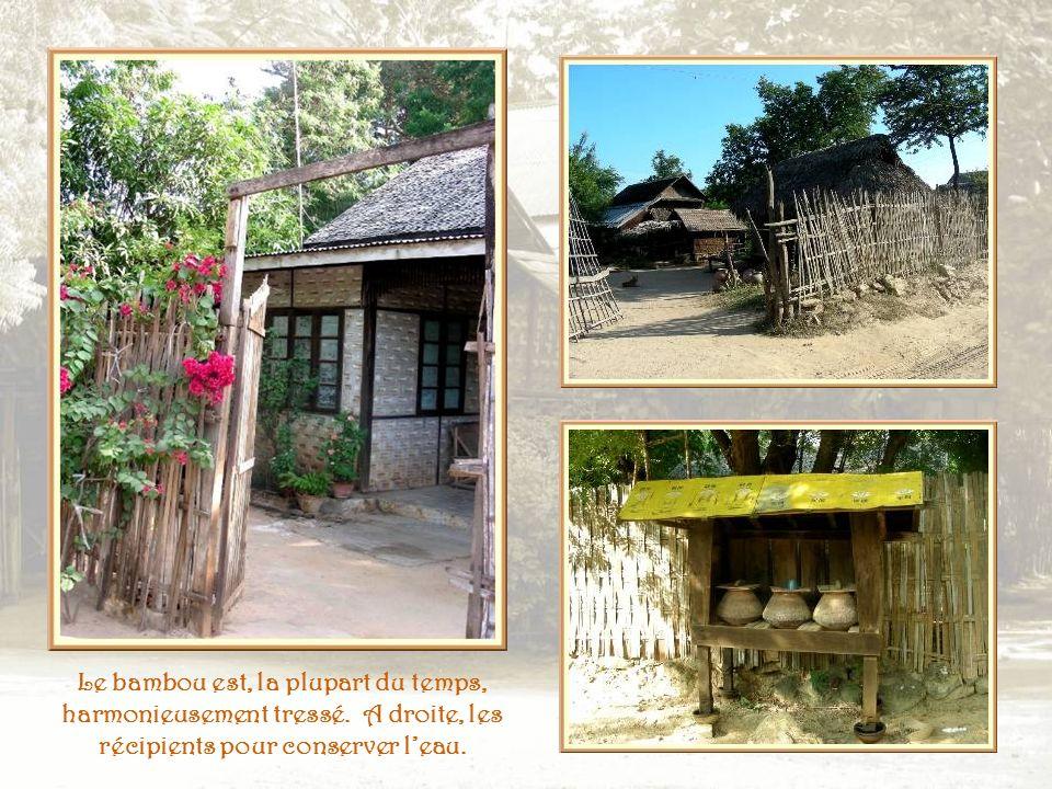 Les maisons, comme les balustrades, sont réalisées avec du bambou.