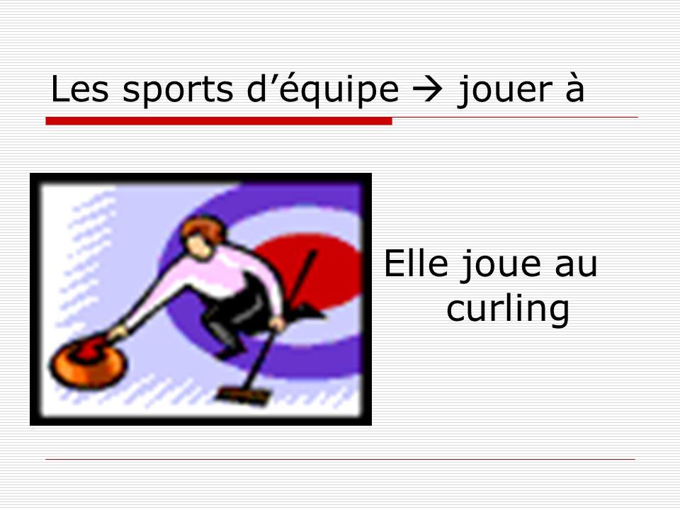 Les sports déquipe jouer à Elle joue au curling