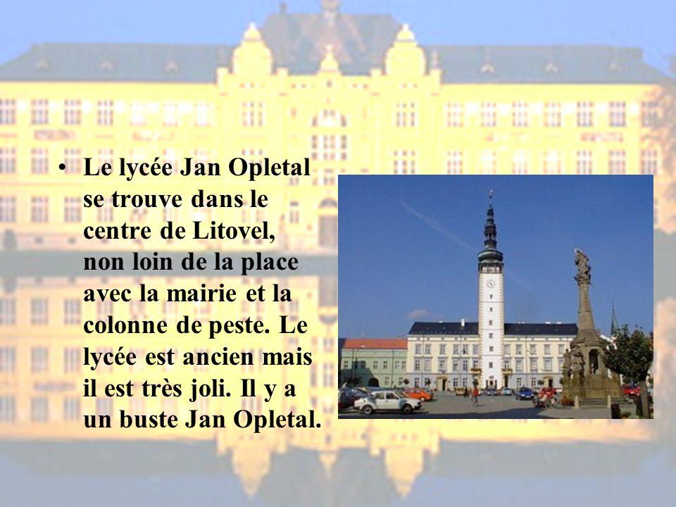 Le lycée Jan Opletal se trouve dans le centre de Litovel, non loin de la place avec la mairie et la colonne de peste.